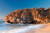 Roca de dragón dormido en el mar — Foto de Stock