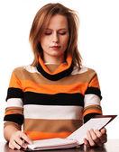 Jong meisje student met map zitten aan de balie — Stockfoto
