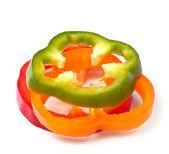 Oranžová zelená a červená paprika plátky na bílém pozadí — Stock fotografie