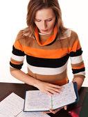 Młoda dziewczyna studiuje jej notebooki — Zdjęcie stockowe