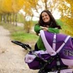 mãe feliz com o bebê no carrinho — Foto Stock