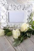 空白のフォト フレームと白バラ — ストック写真