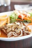 Gegrillte Porkchop mit Kartoffeln und Salat — Stockfoto