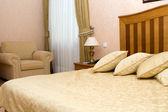 Bed met kussens in het hotel — Stockfoto