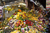 Tourists visit the Boqueria market — Stock Photo