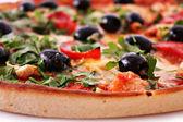 вкусная пицца с оливками крупным планом — Стоковое фото