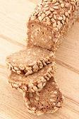 El pan en la placa de madera aislada en blanco — Foto de Stock