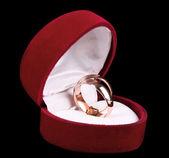 Anelli di nozze d'oro in scatola rossa isolato su nero — Foto Stock