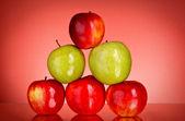 Elma kırmızı zemin üzerine — Stok fotoğraf