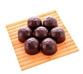 шоколадные конфеты на деревянной поверхности изоляции — Стоковое фото