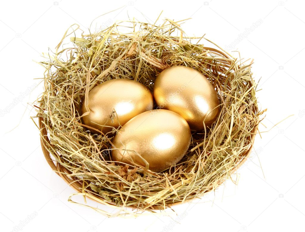 Three golden hen's eggs in the grassy nest isolated on white — Stok fotoğraf #6788855