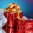 Beautiful gifts with gold bows and tinsel - Foto Stock