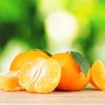 succosi mandarini maturi con chiodi di garofano — Foto Stock