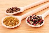 Especiarias em colheres na mesa de madeira — Foto Stock