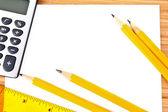 Stifte, papier, taschenrechner und lineal — Stockfoto