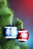 Schöne weihnachtskugel auf tanne — Stockfoto
