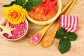ароматическая соль для ванны и цветок — Стоковое фото