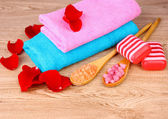 Rose petals, soap, bath salt and towel — Stockfoto