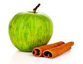Cynamon i jabłka na białym tle — Zdjęcie stockowe