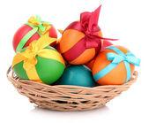 Sepette beyaz izole paskalya yumurtaları — Stok fotoğraf