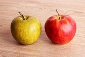 Röda och gröna äpple på träbord — Stockfoto