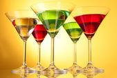 Sarı-kahverengi arka planda alkollü içecekler birkaç gözlük — Stok fotoğraf