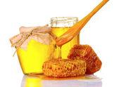 Hermosos peines, cuchara y miel en tarro aislado en blanco — Foto de Stock