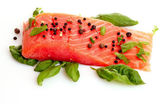 Röd fisk med paprika och gröna blad — Stockfoto