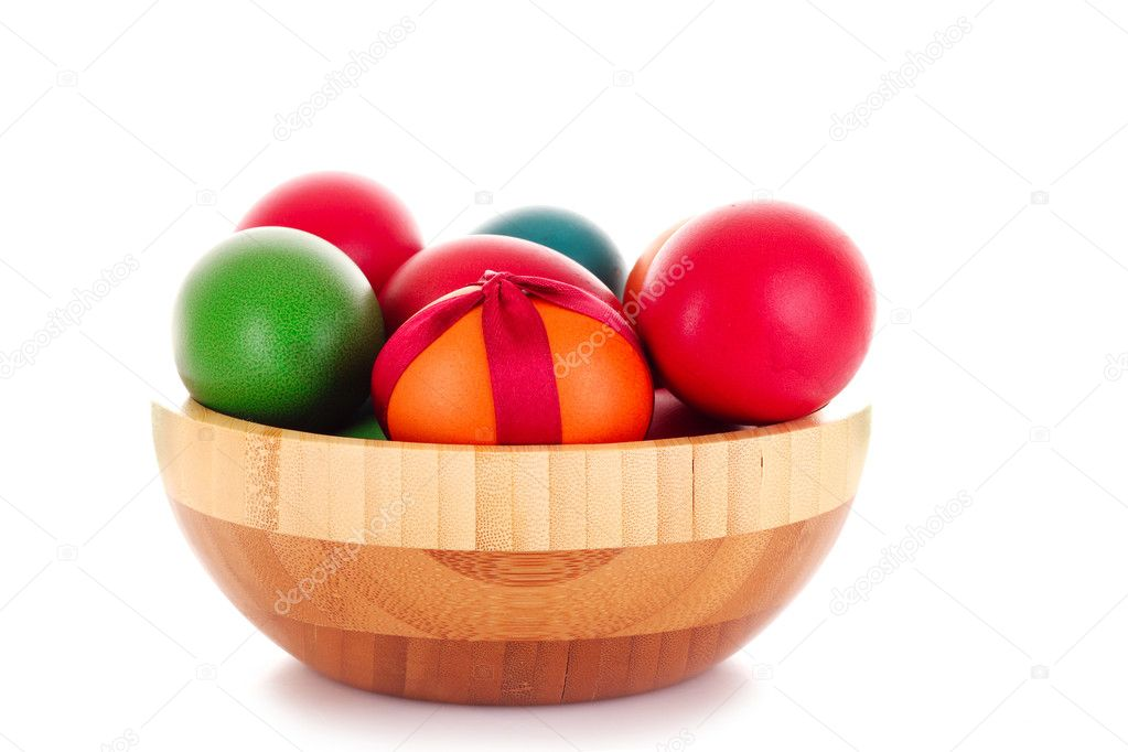 Easter eggs in wooden bowl isolated on white — Stock Photo #6798736