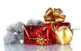 Vackra gåvor med guld bågar och christmas ball — Stockfoto