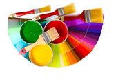 Abre latas com tintas, pincéis e paleta — Fotografia Stock