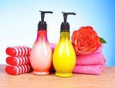 Toalhas cor de rosa, barra de sabão e rosa — Foto Stock