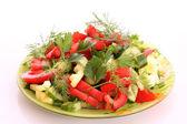 Salade verte avec tomate et concombre servi avec aneth et parsle — Photo