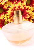 Butelka perfum z kwiatami — Zdjęcie stockowe