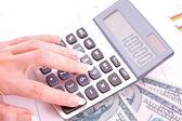 Miniräknare och kvinna hand räknas pengar — Stockfoto