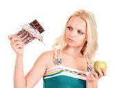 Jeune femme blonde aux pommes et chocolat sur blanc backgrou — Photo