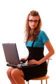 Сексуальные женщины бизнес, используя портативный компьютер, сидя на стуле — Стоковое фото