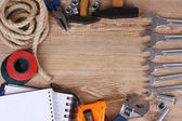 Stavební nástroje na dřevěné pozadí — Stock fotografie