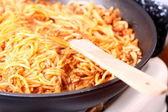 Kokend spaghetti pasta in een koekepan — Stockfoto