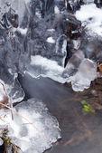 Strumyk lodem — Zdjęcie stockowe