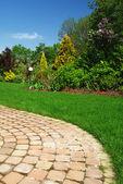 Prachtige tuin en pad — Stockfoto