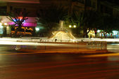 Fountain at night and trafic — Stockfoto