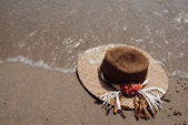 Hat on a beach — ストック写真