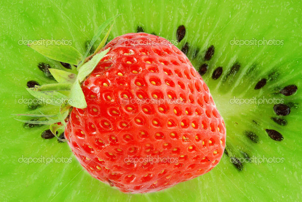 Fresh ripe healthy strawberry on a kiwi background — Stock Photo #6810120