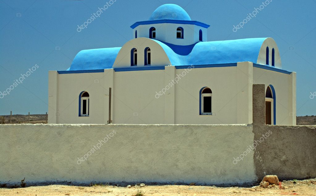 Typical Greek church - white walls and a blue cupola — Lizenzfreies Foto #6810323