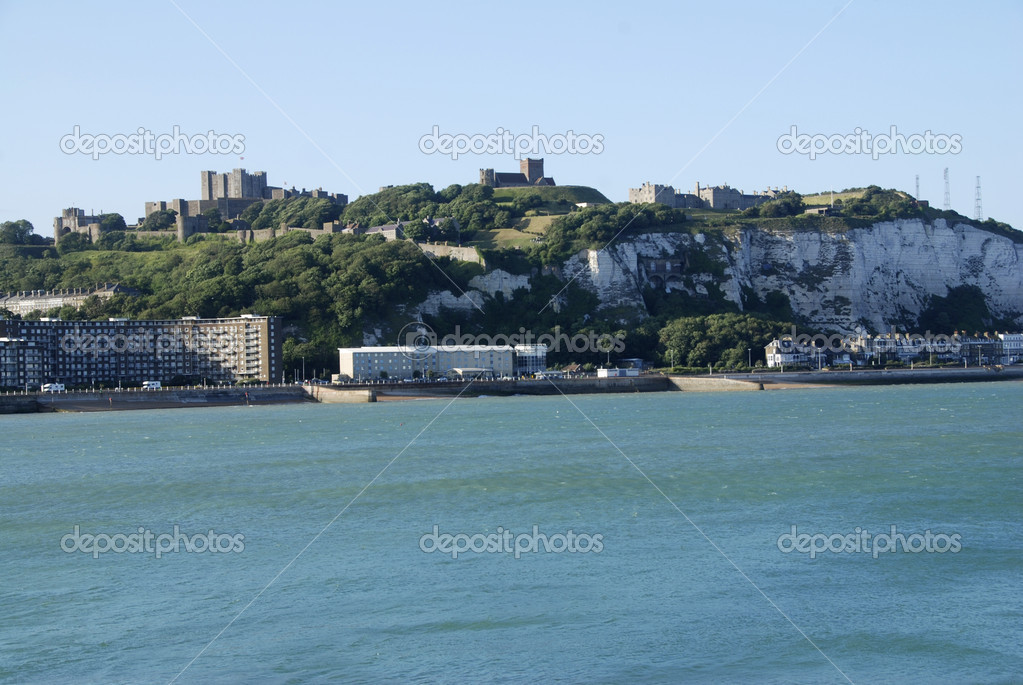 Coast in Dover with a view at the Castle and industrial pier — Stock Photo #6810581