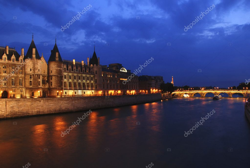 Palais de Justice standing on the banks of river Seine on the island Il de la Cite, Paris - France after the sunset — Stock Photo #6810686