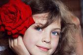 Chica con una rosa — Foto de Stock