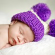 Cute newborn baby sleeps in a hat - Zdjęcie stockowe