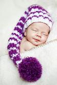 Şirin Bebek şapka içinde uyur — Stok fotoğraf